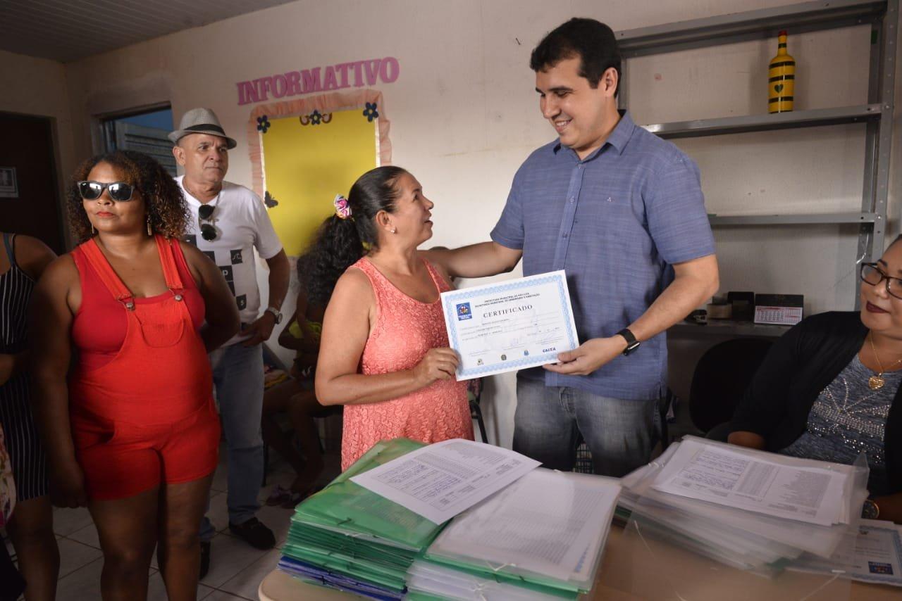 4d83d58ba Prefeitura entrega certificados de cursos profissionalizantes realizados  nos residenciais Amendoeira